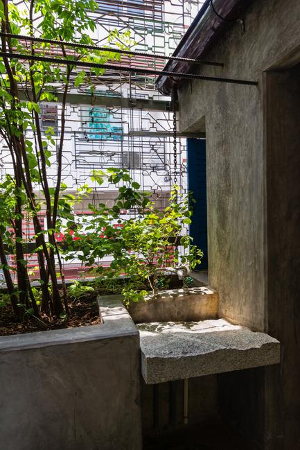 Dossier de presse | 1256-01 - Communiqué de presse | Saigon house - a21studĩo - Residential Architecture - The bathroom looks to the outdoor.  - Crédit photo : Quang Tran