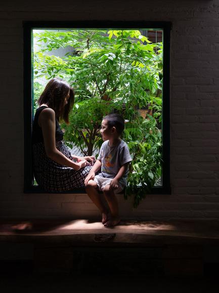 Dossier de presse | 1256-01 - Communiqué de presse | Saigon house - a21studĩo - Residential Architecture - Window looks to the tree  - Crédit photo : Quang Tran