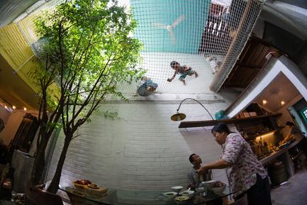 Dossier de presse | 1256-01 - Communiqué de presse | Saigon house - a21studĩo - Residential Architecture - Ground floor and its upper net  - Crédit photo : Quang Tran