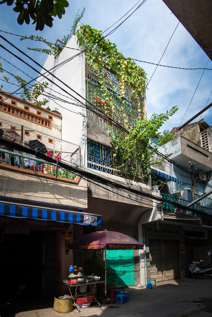 Dossier de presse | 1256-01 - Communiqué de presse | Saigon house - a21studĩo - Residential Architecture - Day exterior, the house looks similiar to its neighbors.  - Crédit photo : Quang Tran