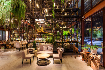 Dossier de presse | 1972-01 - Communiqué de presse | 'Vivarium' - A Tractor Warehouse Turned Restaurant by Hypothesis Won the INSIDE Award 2015 - Hypothesis - Commercial Interior Design - The entry area - Crédit photo :  Hypothesis