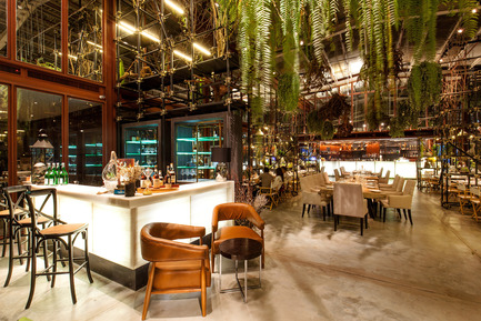 Dossier de presse | 1972-01 - Communiqué de presse | 'Vivarium' - A Tractor Warehouse Turned Restaurant by Hypothesis Won the INSIDE Award 2015 - Hypothesis - Commercial Interior Design - The bar - Crédit photo :  Hypothesis