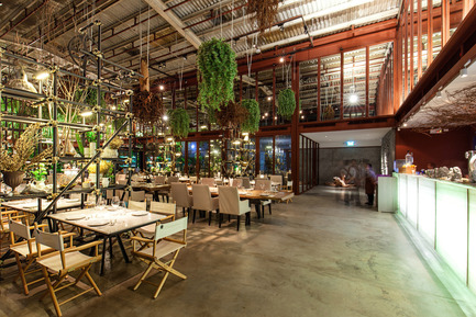 Press kit | 1972-01 - Press release | 'Vivarium' - A Tractor Warehouse Turned Restaurant by Hypothesis Won the INSIDE Award 2015 - Hypothesis - Commercial Interior Design - The old white roof and beam structure vs. the new red primer insert - Photo credit:  Hypothesis