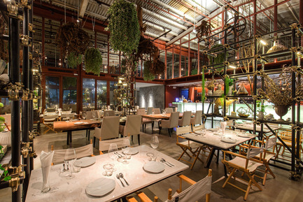 Dossier de presse | 1972-01 - Communiqué de presse | 'Vivarium' - A Tractor Warehouse Turned Restaurant by Hypothesis Won the INSIDE Award 2015 - Hypothesis - Commercial Interior Design - The dining area - Crédit photo :  Hypothesis