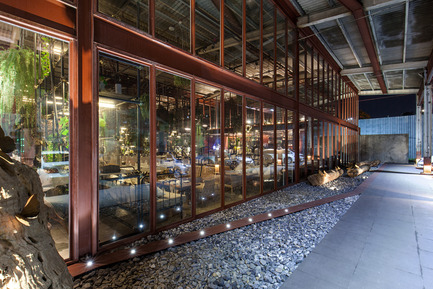 Dossier de presse | 1972-01 - Communiqué de presse | 'Vivarium' - A Tractor Warehouse Turned Restaurant by Hypothesis Won the INSIDE Award 2015 - Hypothesis - Commercial Interior Design - The new steel and glass facade - Crédit photo :  Hypothesis