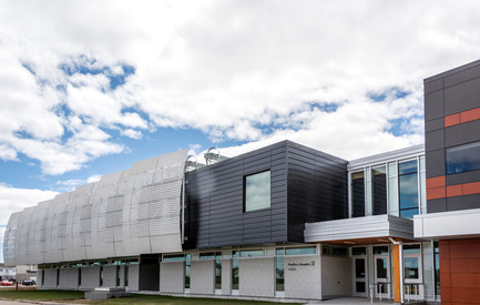 Press kit | 755-04 - Press release | Alouette University Building, UQAC - BGLA | Architecture + Design urbain - Institutional Architecture - Main facade - Photo credit: Optik 360°