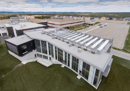 Press kit | 755-04 - Press release | Alouette University Building, UQAC - BGLA | Architecture + Design urbain - Institutional Architecture - Overview of school complex (CEGEP and university building)<br>Installation of 15 parabolic solar collectors<br> - Photo credit: Optik 360°