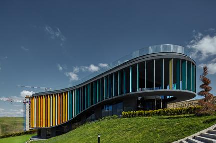 Press kit | 1980-01 - Press release | Yazgan Design wins the 'Innovative Use of Color Award' at WAF 2015 - Yazgan Design Architecture - Competition - Daytime exterior view - Photo credit: Yunus Özkazanç