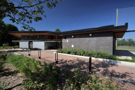 Press kit | 1170-02 - Press release | Golf Welcome Pavilion at Maisonneuve Park - Ville de Montréal - Institutional Architecture - Main entrance - Photo credit: Vincent Audy<br>
