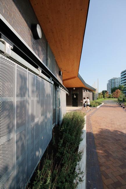 Press kit | 1170-02 - Press release | Golf Welcome Pavilion at Maisonneuve Park - Ville de Montréal - Institutional Architecture - Main facade's steel 'carriage door'' - Photo credit: Vincent Audy