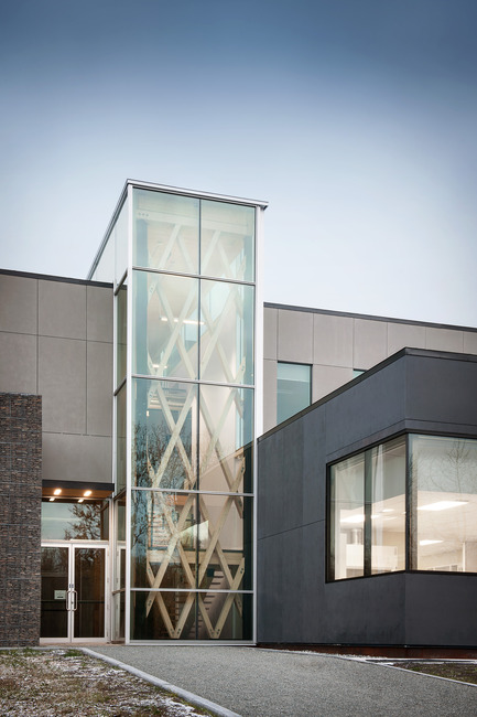 Press kit | 755-05 - Press release | Industrial Residues Technological Center (CTRI) - Groupe Conseil Trame / BGLA - Institutional Architecture - Main entrance indicated by a vertical glass prism - Photo credit: Christian Perreault