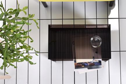 Dossier de presse | 2038-01 - Communiqué de presse | Une conception locale de mobilier évolutif, produit à mini prix - Élément de base - Produit -         Table d'appoint PERPLEXE fumé. 135$ - Crédit photo : EDB