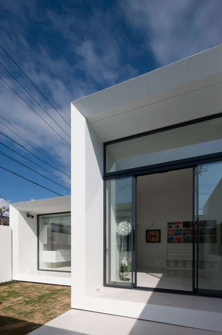 Press kit | 875-02 - Press release | The House for Contemporary Art / Award-winning project - Ryumei Fujiki + Yukiko Sato / F.A.D.S - Residential Architecture - Living room and bathroom viewed from south garden - Photo credit: Hiroshi UEDA