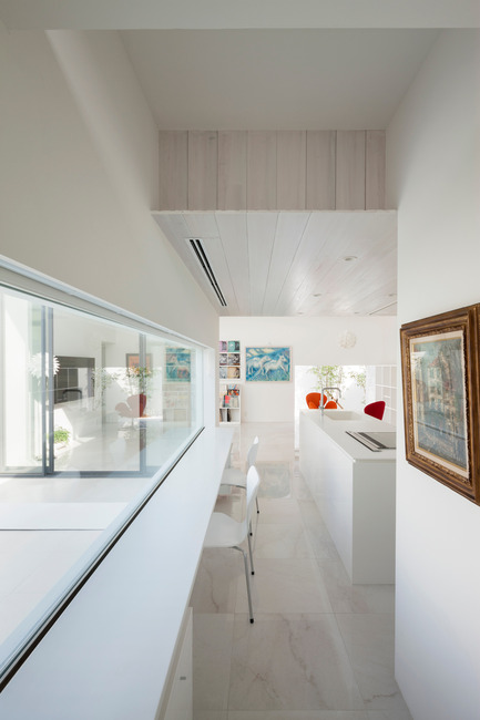 Press kit | 875-02 - Press release | The House for Contemporary Art / Award-winning project - Ryumei Fujiki + Yukiko Sato / F.A.D.S - Residential Architecture - Kitchen and dining area viewed through breakfast counter - Photo credit: Hiroshi UEDA