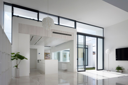 Press kit | 875-02 - Press release | The House for Contemporary Art / Award-winning project - Ryumei Fujiki + Yukiko Sato / F.A.D.S - Residential Architecture - Looking from the living/dining area towards the south garden - Photo credit: Hiroshi UEDA