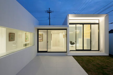 Press kit | 875-02 - Press release | The House for Contemporary Art / Award-winning project - Ryumei Fujiki + Yukiko Sato / F.A.D.S - Residential Architecture - Evening view of kitchen, entrance gallery and studio viewed from living room - Photo credit: Hiroshi UEDA