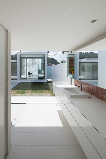Press kit | 875-02 - Press release | The House for Contemporary Art / Award-winning project - Ryumei Fujiki + Yukiko Sato / F.A.D.S - Residential Architecture - South garden and studio viewed from bathroom - Photo credit: Hiroshi UEDA