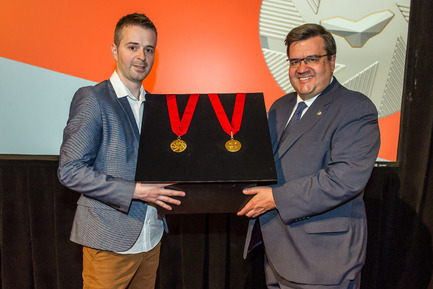 Press kit | 562-64 - Press release | Legacy of Montréal's 375th anniversary - Montréal introduces honourary order to recognize exceptional citizens - City of Montréal - Industrial Design - Unveileing the Order of Montréal medal, on May 17, 2016 - Photo credit: Denis Labine, Ville de Montréal