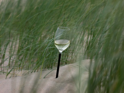 Press kit | 2096-01 - Press release | Parqer - The wine glass for outdoor use - Parqer Glass - Product -  The Parqer can be 'parked' in any soft surface. This makes the wineglass stable and it cannot fall over.&nbsp;  - Photo credit:  Florent Gatin<br>