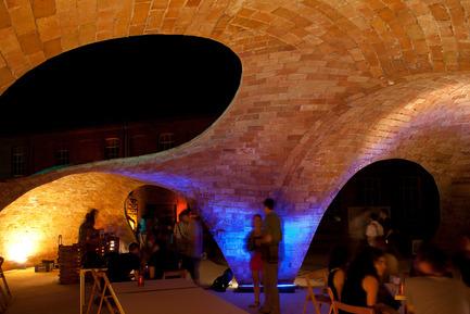 Dossier de presse | 2070-01 - Communiqué de presse | Brick-topia by Map13 Barcelona, winner of the WAN Temporary Small Spaces Award 2015 - Map13 Barcelona - Architecture institutionnelle - Interior view of Brick-topia at night. - Crédit photo : Manuel de Lózar y Paula López Barba