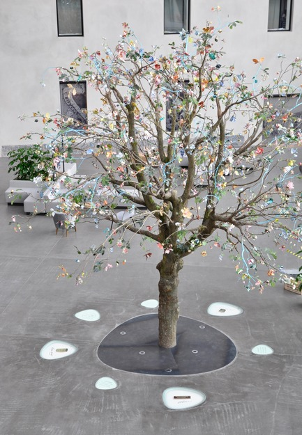 Press kit | 1997-02 - Press release | Nestlé ouvre ses portes en Suisse avec « nest » au design néerlandais - Tinker imagineers - Event + Exhibition - Life-size tree composed of 1200 handmade flowers - Photo credit: Tinker imagineers