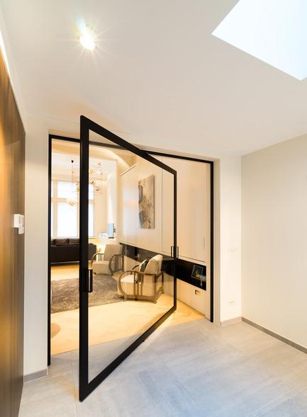 "Press kit | 2163-01 - Press release | Pivoting Room Divider - ANYWAY doors - Product - Glass ""steel look"" pivot door with 360° central axis pivoting hinge - Photo credit: ANYWAYdoors - Photographer Koen Dries"