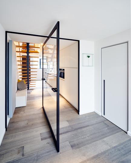 "Press kit | 2163-01 - Press release | Pivoting Room Divider - ANYWAY doors - Product - Glass pivot door""steel look"" with central axis 360°pivoting hinge - Photo credit: ANYWAYdoors - Photographer Koen Dries"