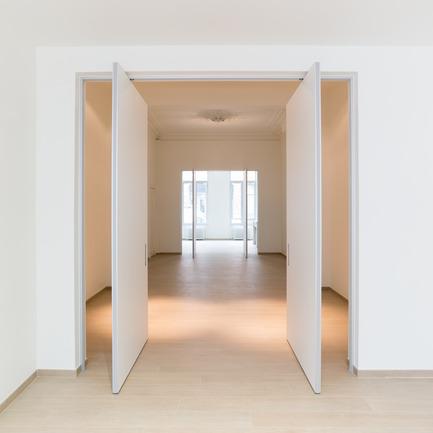 Press kit | 2163-01 - Press release | Pivoting Room Divider - ANYWAY doors - Product - Double pivot door with offset axis pivoting hinges - Photo credit: ANYWAYdoors - Photographer Koen Dries