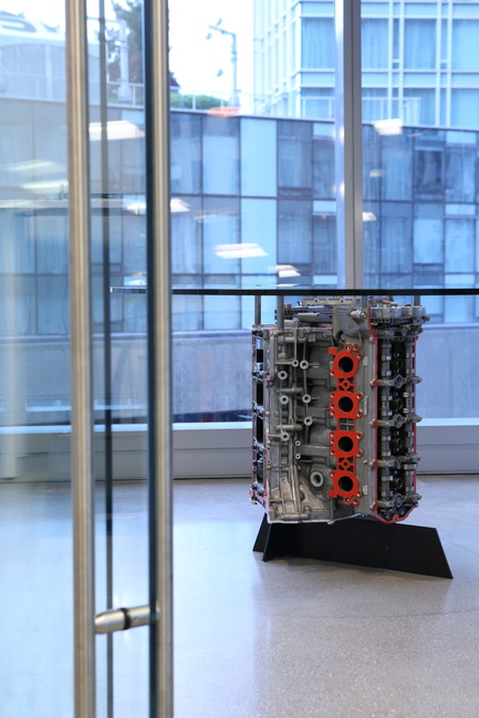 Dossier de presse | 2073-01 - Communiqué de presse | DIALOG awarded 'Best Tenant Improvement' for LGM's Vancouver Head Office - DIALOG - Design d'intérieur commercial - One of LGM's car engine tables<br> - Crédit photo : Ema Peter <br>
