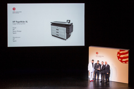 "Press kit | 2171-01 - Press release | HP PageWide XL and DesignJet Printers Win Coveted Red Dot Design Awards - HP Inc. - Product - HP executives receiving Red Dot ""Best of the Best"" Award - Photo credit: HP Inc."