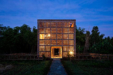 Press kit | 2173-01 - Press release | The Terra Cotta Studio for an artist next to Thu Bon river - Tropical Space - Commercial Architecture - Facade - Photo credit: Hiroyuki Oki