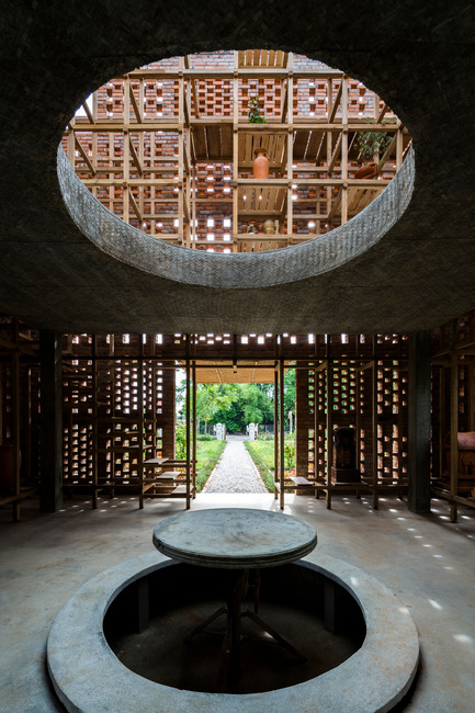Press kit | 2173-01 - Press release | The Terra Cotta Studio for an artist next to Thu Bon river - Tropical Space - Commercial Architecture - Interior and void - Photo credit: Hiroyuki Oki