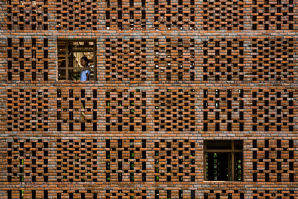 Press kit | 2173-01 - Press release | The Terra Cotta Studio for an artist next to Thu Bon river - Tropical Space - Commercial Architecture - Brick wall - Photo credit: Hiroyuki Oki