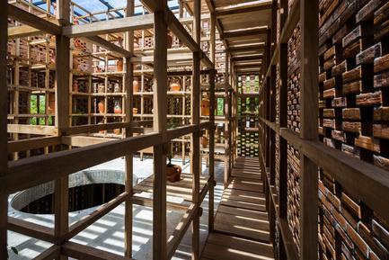 Dossier de presse   2173-01 - Communiqué de presse   The Terra Cotta Studio for an artist next to Thu Bon river - Tropical Space - Commercial Architecture - Hallways - Crédit photo : Hiroyuki Oki
