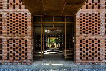 Press kit | 2173-01 - Press release | The Terra Cotta Studio for an artist next to Thu Bon river - Tropical Space - Commercial Architecture - Two openings are positioned on opposite sides, allowing views right through - Photo credit: Hiroyuki Oki