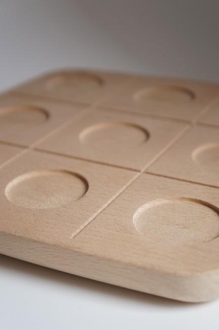 Press kit | 2155-01 - Press release | WOODY Tic Tac Toe - Drinking set - ROKdesign + AG Cerámica - Product - Beech detail view - Photo credit: Agus Garrigou