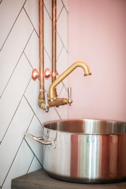 Dossier de presse | 1215-03 - Communiqué de presse | Un design rafraichissant pour un menu sain - ISSADESIGN - Design d'intérieur commercial - Dans les salles de bain - Crédit photo : Adrien William