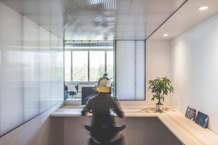 Press kit | 1142-05 - Press release | Piknic Électronik Montréal - L. McComber - Commercial Interior Design - Booth's integrated work desk  - Photo credit:  Raphël Thibodeau