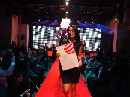 Press kit | 2188-01 - Press release | Red Dot Award: Design Concept 2016 Results - Red Dot Award: Design Concept - Industrial Design - Yoojung Ahn and Jared Gross following traditions with the Red Dot Luminary parade on the runway - Photo credit: Red Dot Award: Design Concept
