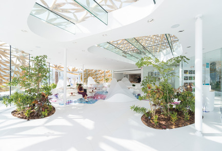 Press kit | 2193-01 - Press release | Butterfly Pavilion – Noor Island - 3deluxe - Urban Design - The mostly white interior creates a touch of freshness and promises relief from the heat outside. - Photo credit: Joaquín Busch