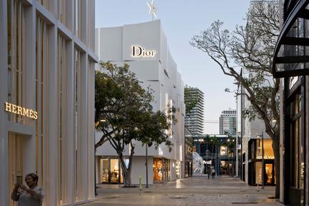 Press kit | 2211-01 - Press release | Dior Miami Facade - BarbaritoBancel Architects - Commercial Architecture - Selfie on the paseo - Photo credit: Alessandra Chemollo