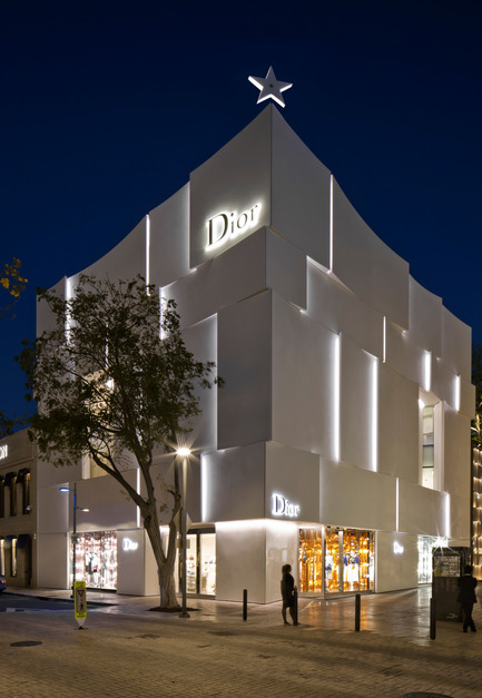 Press kit | 2211-01 - Press release | Dior Miami Facade - BarbaritoBancel Architects - Commercial Architecture - The building elevates the Dior star in the clear Miami sky - Photo credit: Alessandra Chemollo