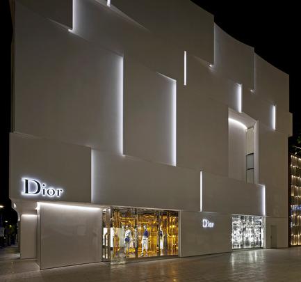 Press kit | 2211-01 - Press release | Dior Miami Facade - BarbaritoBancel Architects - Commercial Architecture - Bright show windows emerge from the building - Photo credit: Alessandra Chemollo