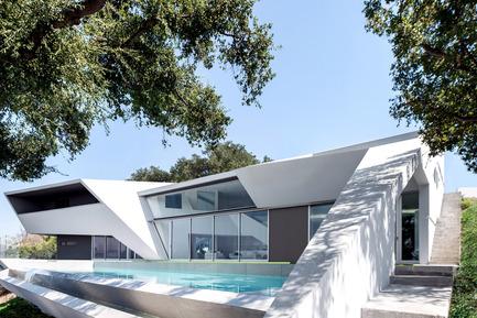 Press kit | 2244-01 - Press release | MU77 Receives 2016AIA|LA Design Award - Arshia Architects,ltd - Residential Architecture - MU77-REAR/POOL - Photo credit: PAUL VU