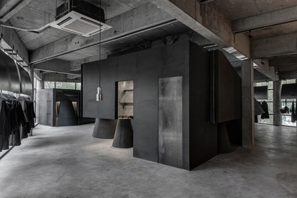 Press kit | 2332-01 - Press release | Black Cant System - HEIKE Fashion Brand Concept Store - AN Interior Design Co. - Commercial Interior Design - Function space - Photo credit: Yujie Liu