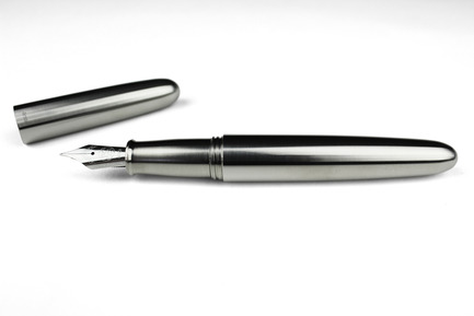 Press kit | 1127-11 - Press release | PIUMA - Super Minimal Titanium Fountain Pen - ENSSO - Product - PIUMA fountain pen / titanium - Photo credit: ENSSO