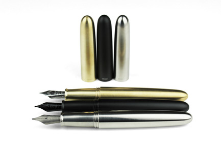 Press kit | 1127-11 - Press release | PIUMA - Super Minimal Titanium Fountain Pen - ENSSO - Product - PIUMA fountain pen  - Photo credit: ENSSO