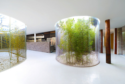 Press kit | 2264-01 - Press release | Tea House in Hutong - Arch Studio - Commercial Interior Design - Glass Curvy Corridor - Photo credit: Wang Ning