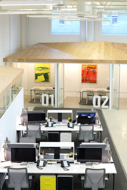 Dossier de presse | 2073-03 - Communiqué de presse | Innovative Interior Design Steps Up Tech Firm Startup - DIALOG - Design d'intérieur commercial -   STAT Search Analytics workstations <br>   - Crédit photo :  Ema Peter
