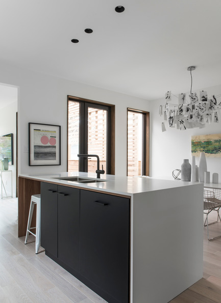 Dossier de presse | 2344-01 - Communiqué de presse | 46H - Sustainable Reinvention of 1905 House in the Beaches - baukultur/ca - Residential Architecture - Kitchen Island with Dining Room  - Crédit photo : Alex Lukey